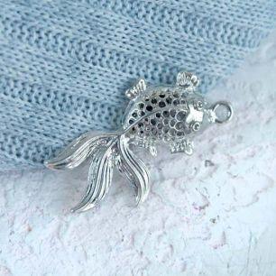 Кукольный аксессуар - Подвеска Серебристая объемная рыбка, 3,5 см.