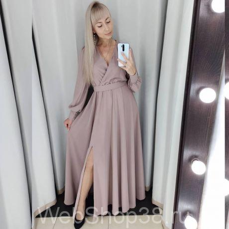 Нежно-бежевое вечернее платье в пол с разрезом и рукавами