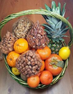 Корзинка фрукты с орехами