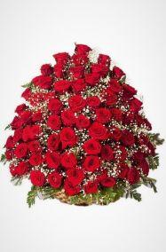 Корзина на похороны из живых цветов 100 красные розы с гипсофилой