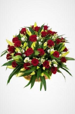 Фото Ритуальная корзина из живых цветов с розами, лилиями и антариумом