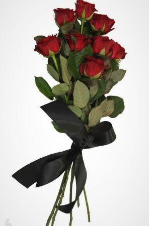 Фото Траурный букет из живых цветов 10 красных роз с лентой