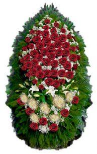 Фото - Ритуальный венок из живых цветов #2 красные розы и хвоя