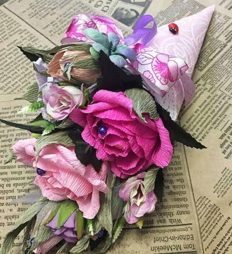 Мини-кулечек из цветов и 7 конфет
