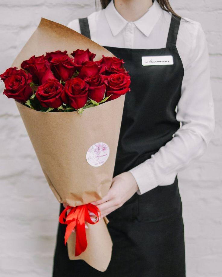 Букет цветов из 15 роз в крафте