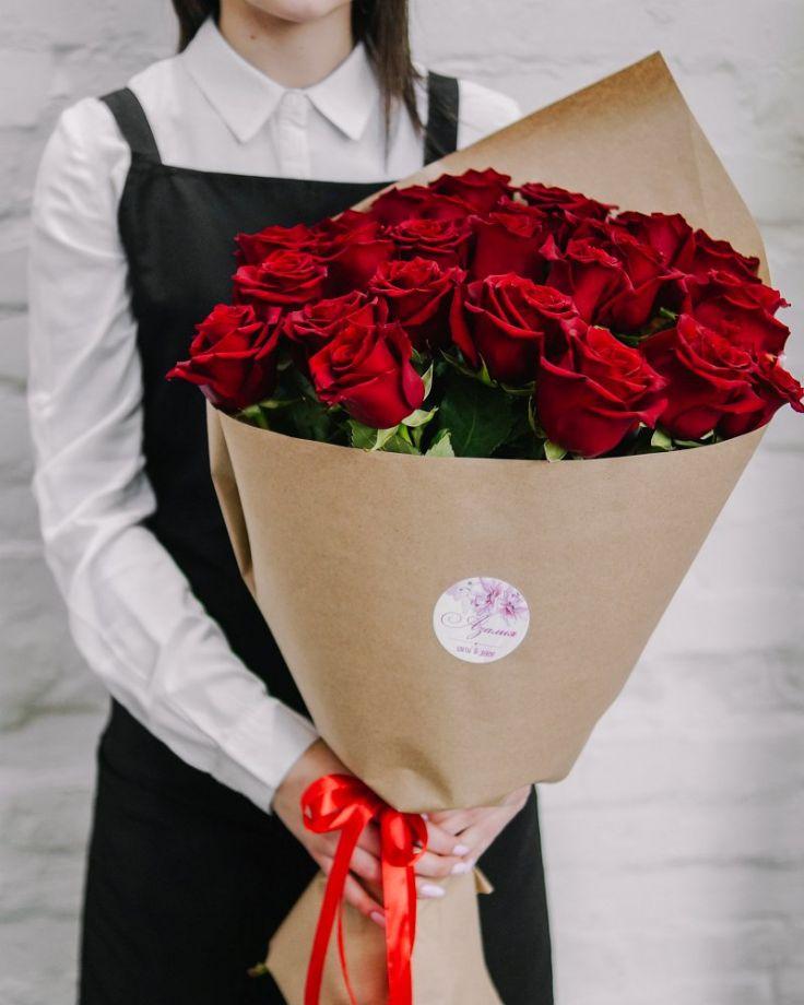 Букет цветов из 25 роз в крафте c доставкой в Комсомольске