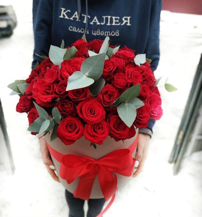 51 роза С Эвкалиптом в коробочке