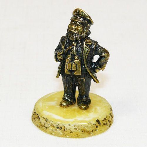 Капитан - фигурка из бронзы с камнем янтарь