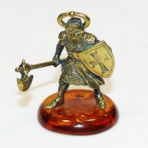 Рыцарь с топором - фигурка из бронзы с камнем янтарь