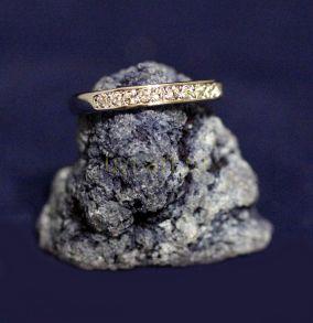 Позолоченное белым золотом кольцо с фианитами (арт. 880165)